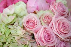 Bouquets made of hydrangea and roses for a very luxurious feeling.