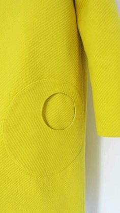 Yellow wool coat circle pocket detail - Bolsillo