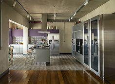 Projetada por Gustavo Calazans, a cozinha incorporou a varanda. Em tons de cinza, armários da Securit. À dir., ao lado da adega da Métier, armários da Kitchens.