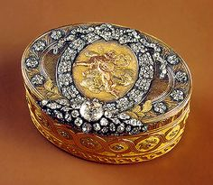 Snuffbox with a chased medallion    1775-77    Made by Johann Baltasar Gass    St Petersburg    Gold, silver, cut diamonds; chased, engraved and pounced