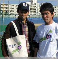 2011年に東日本大震災支援のチャリティーTシャツとトートバッグをデザインした英智コーチ(左) ― スポニチ Sponichi Annex 野球  (via http://www.sponichi.co.jp/baseball/news/2013/12/19/gazo/G20131219007231450.html )