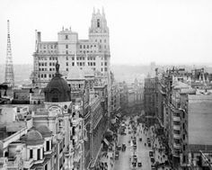 Today our Friday in B took us to Madrid, the old Madrid. That city with typical taverns with tap vermouth, chestnut sellers. Image via Hörrmann Sutherland Antiguo Old Pictures, Old Photos, Foto Madrid, Sud Express, Mystery Of History, World Cities, Great Photographers, Most Beautiful Cities, Amazing Places