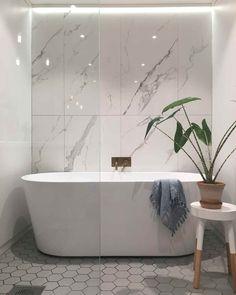 Bathroom mirror: tips for choosing the ideal model - Home Fashion Trend White Bathroom, Bathroom Interior, Small Bathroom, Wall Faucet, Bathroom Faucets, Bad Inspiration, Bathroom Inspiration, Johnson Tiles, Black Tub