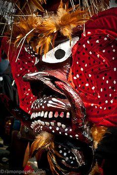 Close-up de mascara de uno de los diablos | by ramonpereira.com