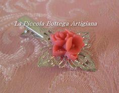 Pinzetta per capelli in metallo argentato con filigrana a fiore a quattro petali con tris di fiori in resina rossi