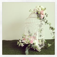 Bird cage centerpiece Cage Deco, Deco Floral, Decorative Bird Cages, Bird Cages Decorated, Flower Decorations, Bird Cage Centerpiece, Centerpiece Ideas, Wedding Centerpieces, Wedding Table