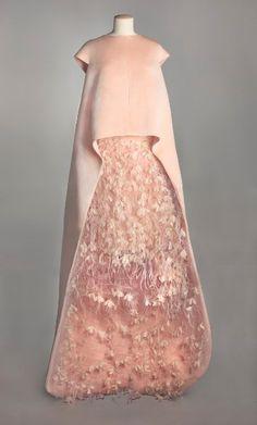 Ebenfalls weltweit bekannt ist das Modehaus Balenciaga, es galt jahrzehntelang...