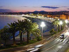 Nuestra casa se sitúa en Niza, enfrente de la playa y del mar, que es maravilloso. Queremos esta ciudad porque nos gusta ir a la playa cuando queremos y poder ir al centro de la ciudad a pie. Este lugar es muy bonito porque el clima es siempre suave y cuando abrimos las ventanas podemos ver el mar.