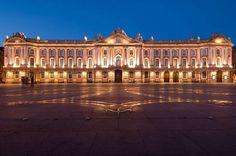 Place du capitole à Toulouse - à découvrir lors de votre séjour dans l'un de nos hôtels By HappyCulture : https://www.happyculture.com/