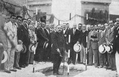 """FOT_DIG-0000260: """"Inauguración de mejoras urbanas, el Gobernador Civil, señor Salgado, dando la primera paletada en las importantes obras de embellecimiento y ornato de la ciudad que se han comenzado"""".1927"""