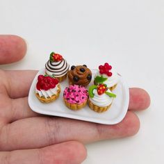 6 pieces Miniature Cupcake with Tray for Doll's house collection Barbie Food, Doll Food, Diy Doll Miniatures, Polymer Clay Miniatures, Miniature Crafts, Miniature Food, House Cake, Cute Polymer Clay, Baking With Kids