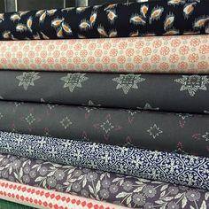 Tendance Sac 2018 : 22 e-shops où acheter du tissu - Flashmode Belgium Coin Couture, Couture Sewing, Techniques Couture, Sewing Techniques, Sewing Hacks, Sewing Projects, Sewing Accessories, Kawaii, Fabric Scraps