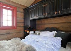 Hytte soverom med mye oppbevaring - skap på sider av og over senga