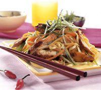 Σαλάτα με Καραμελωμένο Κοτόπουλο και Noodles   Ariston Kitchen Spring Rolls, Japchae, Noodles, Chinese, Chicken, Meat, Ethnic Recipes, Kitchen, Food