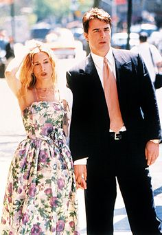 THE on-screen chemistry between Carrie Bradshaw and Mr Big, played by Sarah Jessica Parker and Chris Noth, in Sex and the City enthralled viewers for the six seasons it ran - and subsequent two big-screen adaptations - but it was nearly a different set-u Carrie Bradshaw Estilo, Carrie Bradshaw Outfits, Chris Noth, Sarah Jessica Parker, Carrie And Mr Big, Kate Middleton, Glamour, Trends, City Style