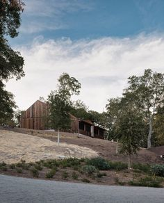 Architects converts barn in California's wine country into minimal bunk. Architects converts barn in California's wine country into minimal bunk. minimalist a-frame house . Little Big House, Rustic Shed, Nature Architecture, Nevada Mountains, Sleeping Porch, Converted Barn, Timber Beams, Shed Roof, Home