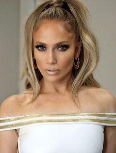 Jennifer Lopez smokey eye makeup look with nude lip gloss Jlo Makeup, Hair Makeup, Makeup Eyes, Makeup 2018, Make Up Looks, Maquillage Jlo, Jennifer Lopez Makeup, Jennifer Lopez Pics, Jennifer Lopez Hair Color