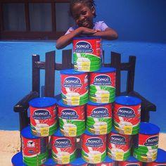 Se elas estão contente com o fato dos leites terem chego?! Olha o sorriso dela! Nossa gratidão a todos que tem ajudado! E se você que não participa deseja participar do projeto Bigodinho de leite escreve pra gente! #todosnohaiti #bigodinhodeleite #haiti #ayiti #jocum #jocumvila #teamvila #ywam by todosnohaiti http://bit.ly/dtskyiv #ywamkyiv #ywam #mission #missiontrip #outreach