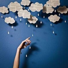 ... Et pour illustrer la saison, ces jolis nuages sont faciles à réaliser avec les enfants. Du papier journal, des gabarits, du fil et des perles / .... and to illustrate the season, these lovely newspaper clouds are easy to make with kids: some newspaper, cloud shape on cardboard, strings and pearls...