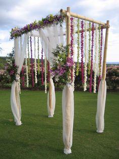 Gazebo matrimonio in bambù decorazioni di fiori pendenti e organza bianca a copertura dei pali