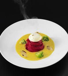 Lunga vita alla signora. Spaghetti con salsa al curry, contrasto di barbabietola e scorzonera dolce.