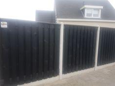 Zwarte Grenen schutting schermen met wit beton palen