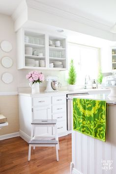 Don't like your kitchen cabinets? Learn how to paint laminate cabinets using a latex primer and paint to get the look and color you want | In My Own Style