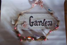 Linda peças feita em madeira reciclada, enfeitada com corda de sisal, musgo, rosas de tecido, e pássaros coloridos. <br>Para enfeitar a varanda. Ótima opção de presente.