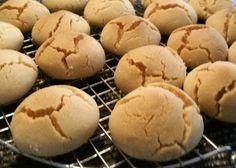 Deze Ghriba Bahla koekjes heb ik een tijdje geleden gemaakt, maar wil ze alsnog met jullie hier delen. Ze zijn erg heerlijk als je van ouderwets koekjes houdt uit onze oma's tijd. Voor dit recept geen grove suiker gebruiken, poedersuiker kan ook...als het maar fijn is en niet grof .