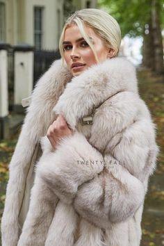 Fox Fur Coat, Shearling Coat, Fabulous Fox, Pink Fox, Great Women, Beautiful Women, Garment Bags, White Fur, Fur Collars