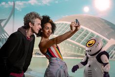 "'Doctor Who' episode set in world inhabited by emoji-robots. Saturday's episode of the sci-fi series ""Doctor Who"" will see the title character and his companion Bill visit a world inhabited by emoji-robots. Bill Potts, Doctor Who Episodes, Doctor Who Companions, Den Of Geek, 12th Doctor, Twelfth Doctor, Bbc America, Peter Capaldi, Time Lords"