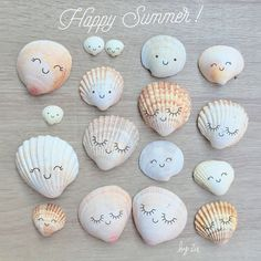 6 DIY to make your vacation memories - Customize shells with children to bring back a souvenir of your holiday - Rock Crafts, Diy Arts And Crafts, Diy Crafts, Resin Crafts, Seashell Painting, Seashell Art, Summer Crafts For Kids, Diy For Kids, Beach Souvenirs