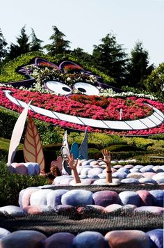 [Did you know?] In summer, the cat's head atop Alice's Curious Labyrinth is composed of 4,500 flowers!...Disneyland Paris