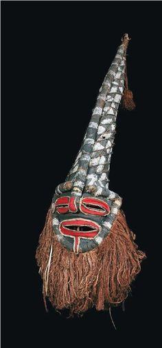 """Masque """"chikunza"""" - Chokwe (Copyright : Archives Musée Dapper, Paris et Museu Antropologico, Museu de Historia Natural da Universidade de Coimbra - Photo O. Gallaud)"""