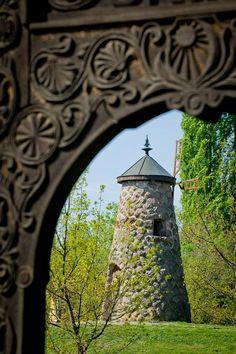 A történelmi Magyarország földrajzi középpontját szimbolizáló szélmalom formájú emlékmű a trianoni békediktátum emlék- és zarándokhelyén, Szarvason.