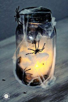 Halloween Mason Jar Crafts: Tutorial on how to make a creepy light up spider jar for halloween decor, center pieces or scary bathroom night light Halloween Decorations For Kids, Halloween Party Decor, Halloween Diy, Halloween Centerpieces, Halloween 2020, Fall Decorations, Halloween Camping, Peanuts Halloween, Halloween Lanterns