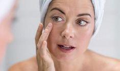 Несколько простых домашних рецептов, которые помогут коже вокруг глаз оставаться нежной и эластичной! Маска из яичного белка Самый простой, но не менее эффективный способ улучшить состоянии кожи век — это использование яичного белка в чистом виде! Тебе понадобится всего лишь 1 белок и ватный тампон. Нанеси белок на кожу вокруг глаз. Держи веки закрытыми и дай белку полностью высохнуть. Смой …