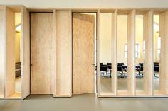 Bureaux de NIO à Shangaï Beaux Arts Lyon, Timber Architecture, Architecture Details, Door Design, House Design, Plywood Interior, Partition Screen, Wooden Facade, Yoga Studio Design