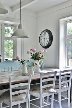 .keuken in wit met boerentafel en witte stoelen
