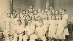 Lolito Morales Bolanos a los 18 anos rodeado del personal de fabrica del taller de la Elegancia Granada, 1931