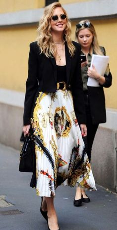 Spott – Inspire consumers, spark sales Classic and beautiful Chiara Ferragni with her Versace printed silk skirt Skirt Outfits Modest, Style Outfits, Fashion Outfits, Fashion Trends, Fashionable Outfits, Dressy Outfits, Fashion Ideas, Work Fashion, Modest Fashion