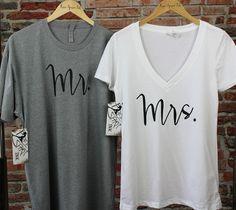 MR et Mme chemise ensemble  Cette liste est pour deux en coton haut de gamme et polyester chemises. Vous recevrez un deep v-Neck shirt femme et chemise à encolure ras du cou pour un homme. Ces chemises fabuleux font le cadeau parfait pour les jeunes mariés !  Note: Chemises femmes sont moulante, donc si vous souhaitez un plus lâche, s'il vous plaît taille.  COULEURS DE FEMMES DE CHEMISE/TEXTE : -------------------------------------------- Blanc/noir Heather Gray/Black  COULEURS DE…