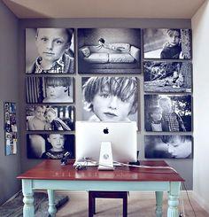 Futuro escritório do danilo. Com uma mesa moderna, mas mantendo a ideia de quadros assim com disposição dinâmica preenchendo a parede cinza atrás