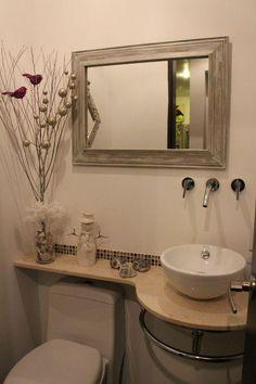 Un Baño social en solo Corner Sink Bathroom Small, Small Bathroom With Shower, Small Bathroom Vanities, Small Bathroom Storage, Tiny House Bathroom, Bathroom Design Small, Bathroom Renos, Bathroom Renovations, Bathroom Furniture