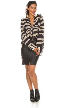 Wit voor het diepe herfsttype. Color Type, Colour, Seasonal Color Analysis, Color Me Beautiful, Season Colors, Leather Skirt, Fall Winter, Seasons, Skirts