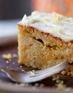 Sådan laver du en skøn græskarkage toppet med den dejligste ostecreme. Supernem opskrift på en kage, der helt sikkert vil være et hit blandt gæsterne.