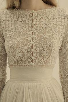 Aksen lace di bagian depan wedding dress