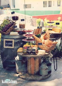 www.kamalion.com.mx - Mesa de Quesos / Botanas / Wedding / Vintage / Rustic Decor / Frascos / Jars / Cheese Table / Bread / Fruit / Frutas / Barril / Uvas / Grape.: