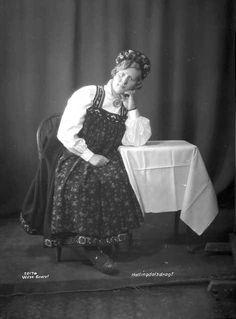 Galleri NOR; Hallingdalsdragt, frk Østvold 1926