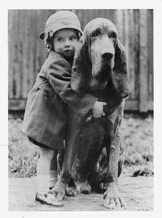 vintage pictures Vintage Portraits of Girls with Their Dogs Vintage Pictures, Old Pictures, Vintage Images, Vintage Children Photos, Vintage Dog, Tier Fotos, Jolie Photo, Black And White Pictures, Dog Photos